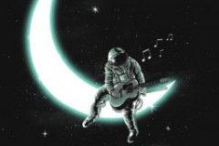 Арт космонавт играет на гитаре сидя на луне