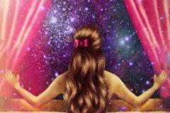 Девушка у окна смотрит на звезды