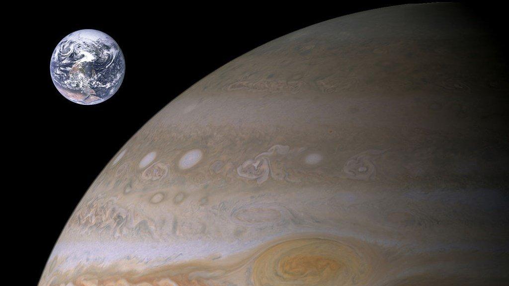 Планеты Юпитер и Земля в сравнении