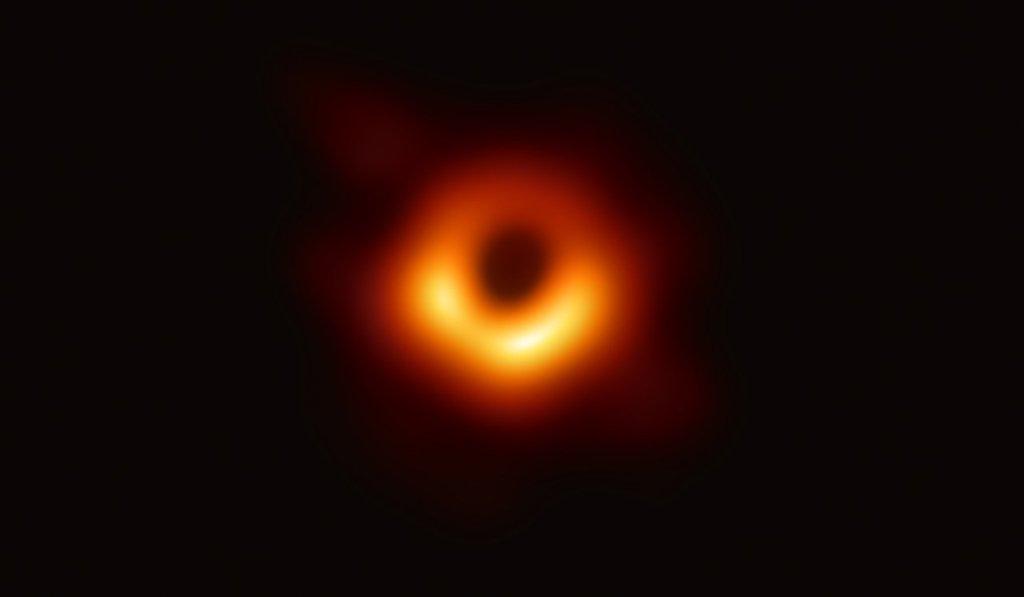 Первый снимок черной дыры