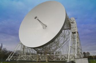 Спутниковая тарелка принимает сигналы из космоса
