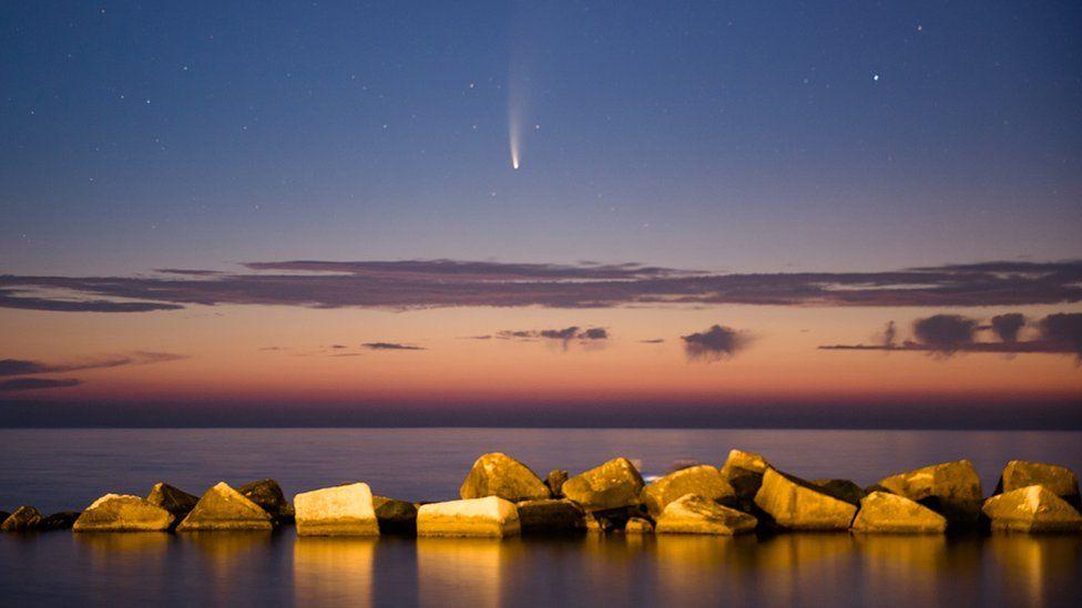 Комета NEOWISE в небе над Землей